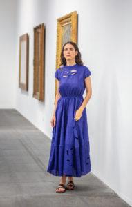 blaues Kleid mit Stickerei